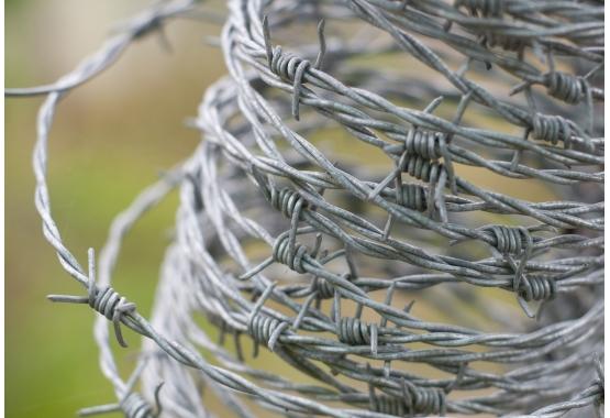Příslušenství pro ostnaté dráty a žiletkové pásky